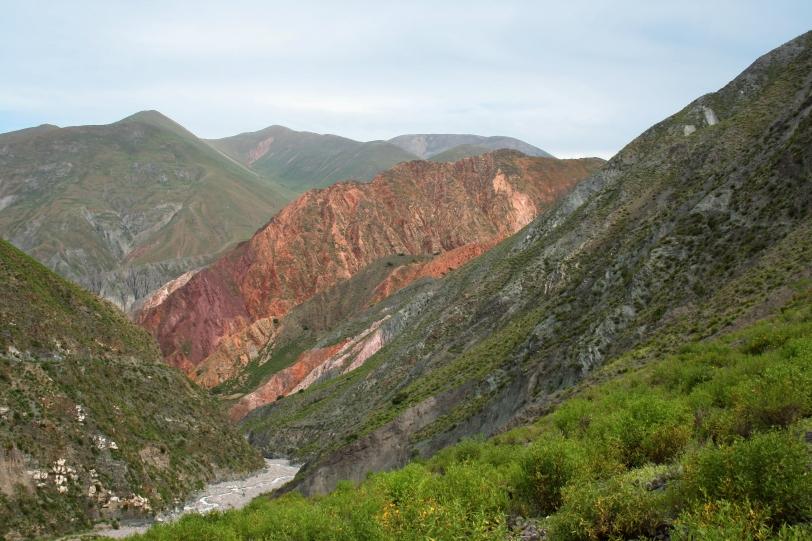 Los paisajes que rodean Iruya son increíbles, con montañas de colores imposibles y una altura sobrecogedora. Foto: Sara Gordón