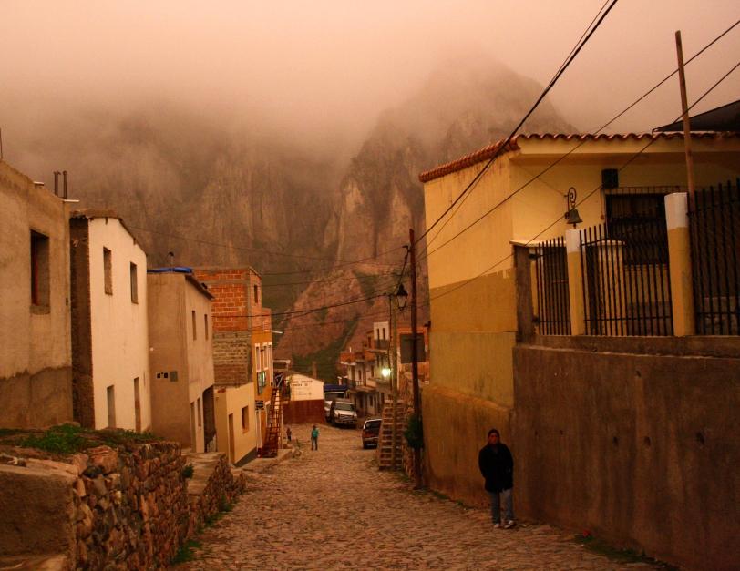 Un día de niebla en Iruya, la luz convertía las calles en un paisaje mágico. Foto: Sara Gordón