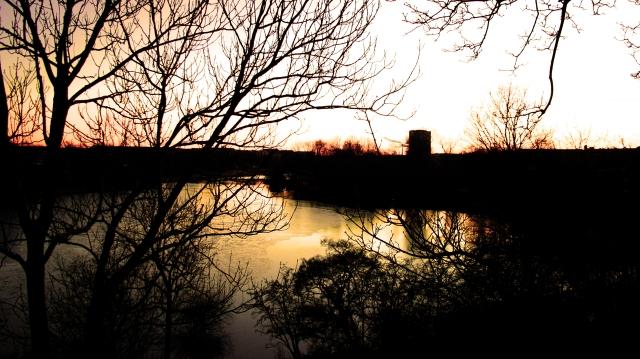 Vista del lago desde un mirador de madera.