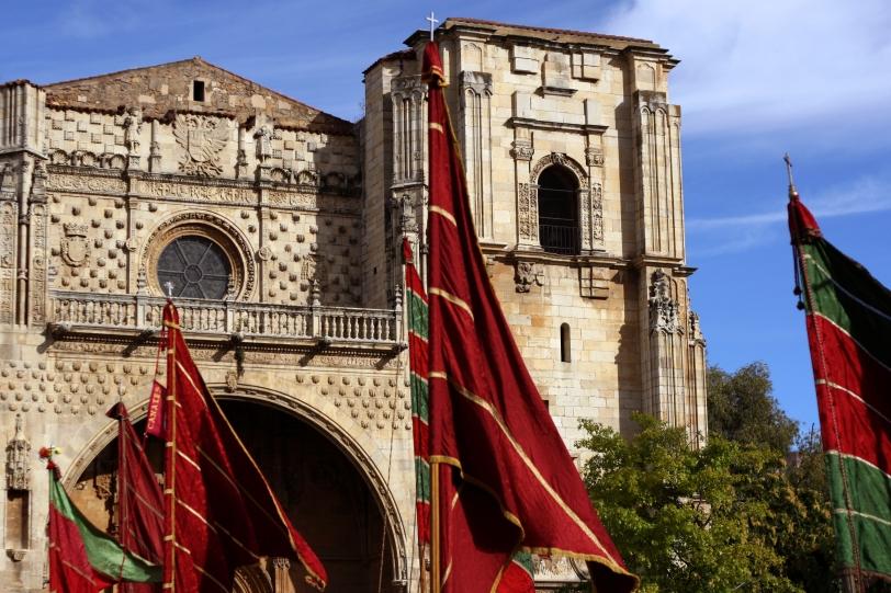 Los pendones ondeando frente a San Marcos, en León, el día de San Froilán. Foto: Sara Gordón