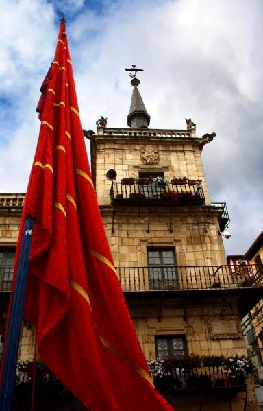 La plaza mayor de León el día de San Froilán se llena de pendones por lo que ostenta el record guiness en concentración de enseñas. Foto: Sara Gordón