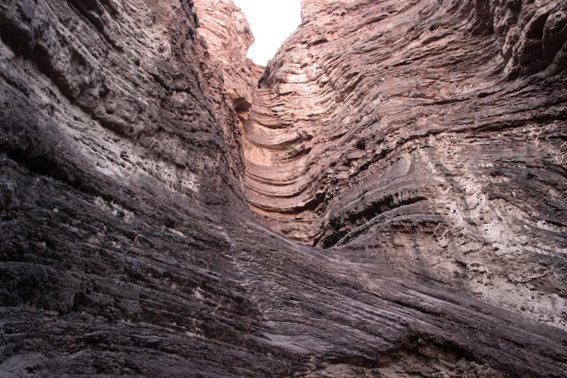 Las rocas inclinadas muestran estratos de sedimentos lacustres de antiguos lagos. Foto: Sara Gordón