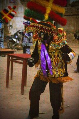 """Los negritos llevan en sus manos  una """"chicotillo"""" que representa la cadena de la esclavitud. Los """"chicotillos"""" finalizan en una campanilla que hacen sonar a la vez que ejecutan la danza. Foto: Sara Gordón"""