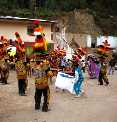 Usualmente entre 10 a 12 parejas bailan en 2 filas. Foto: Sara Gordón