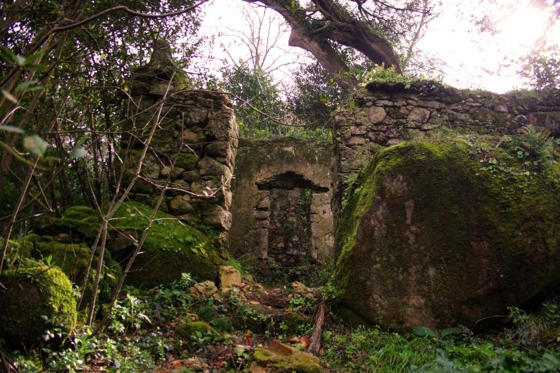 La entrada al convento se llama puerta de la muerte y simboliza el desprendimiento del mundo material. Foto: Sara Gordón