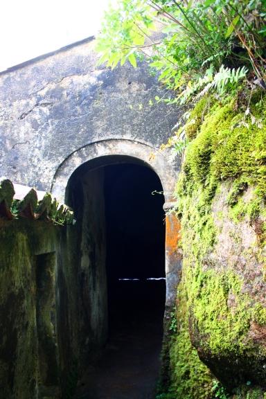 Los pasillos comunican las celdas y también hay una habitación oscura que era la celda de la penitencia, utilizada para meditar. Foto: Sara Gordón