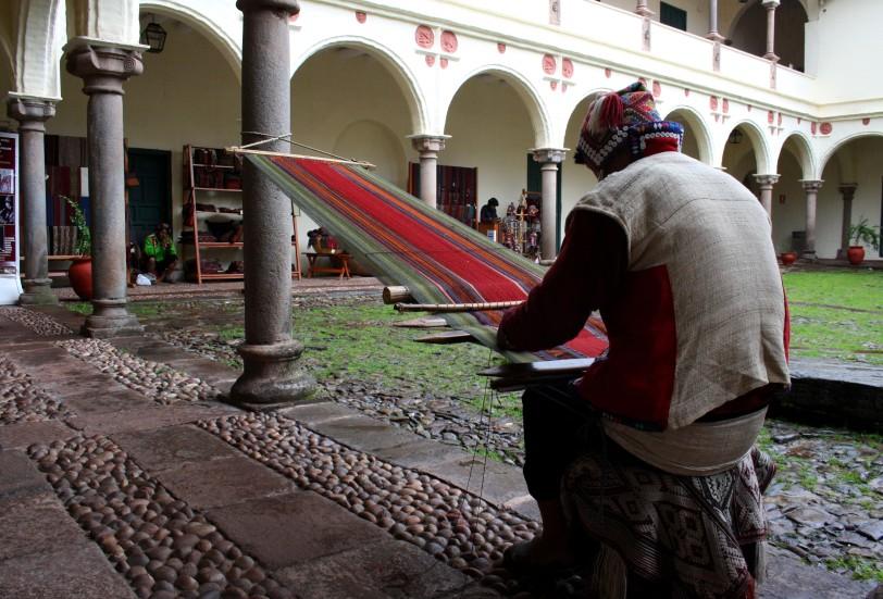 Tejedores de aguayos en un museo de Quito. Foto: Sara Gordón
