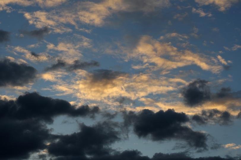 Últimas nubes sobre fondo azul. Foto: Sara Gordón