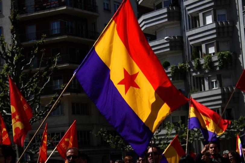 Las banderas ondean durante el 1º de mayo en León. Foto: Sara Gordón