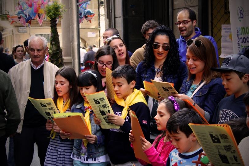 Niños de un colegio de Ourense cantando la copla que han compuesto para su mayo. Foto: Sara Gordón