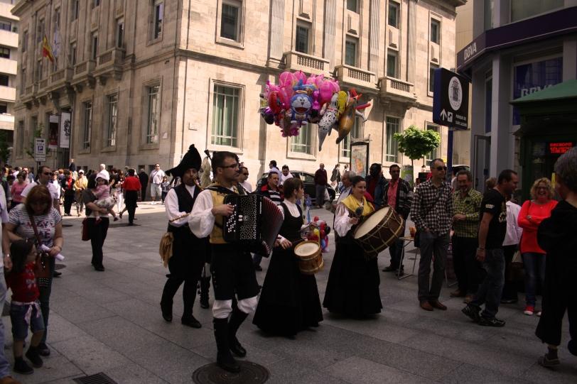 La música popular y los cabezudos recorren las calles durante toda la mañana. Foto: Sara Gordón