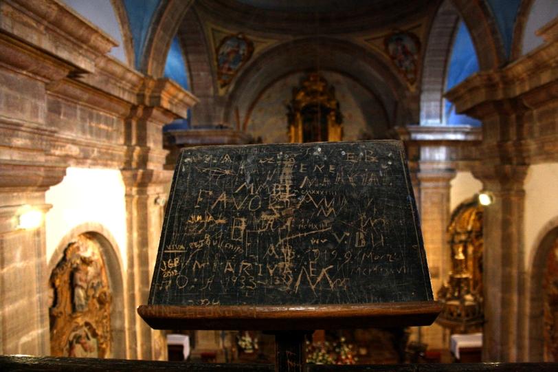El interior de la iglesia esconde cuatro altares de gran riqueza. Foto: Sara Gordón