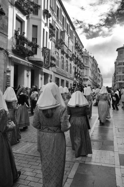 Al final del desfile las Cantaderas interpretan la Cantiga décima de Alfonso X el Sabio. Foto: Sara Gordón.