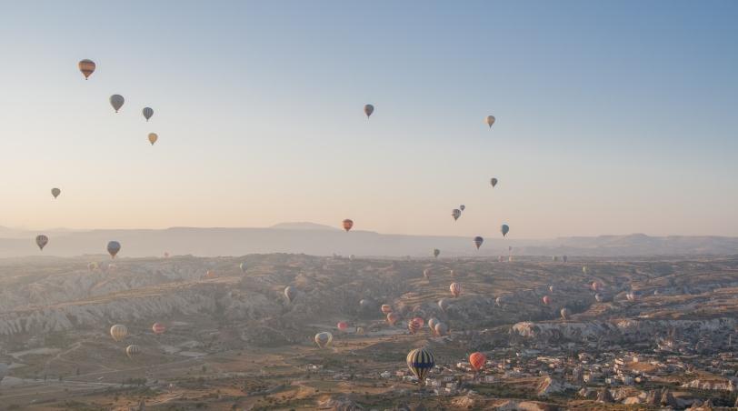 Al amanecer decenas de globos levantan el vuelo en Capadocia. Foto: Sara Gordón