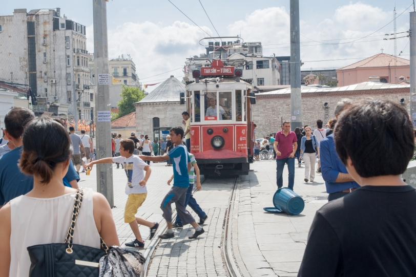 El tranvía que atraviesa la calle principal y te sube hasta la plaza Taksim. Foto: Sara Gordón