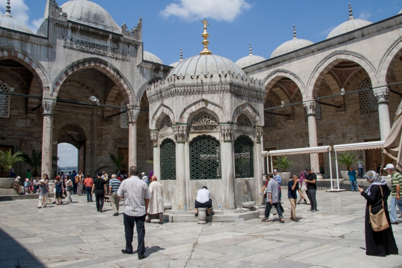 En las ablaciones para entrar en la mezquita. Foto: Sara Gordón