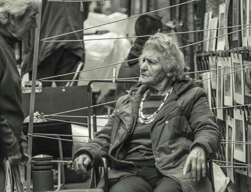 Señora vendiendo cuadros en el rastro de Madrid. Foto: Sara Gordón
