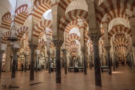 Se empezó a construir como mezquita en el año 785, con la apropiación y reutilización de los materiales de la basílica hispanorromana de San Vicente Mártir. Foto: Sara Gordón